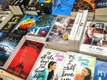 Самые последние английские известные романы для продажи в книжном магазине библиотеки стоковые изображения
