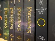 Самые последние английские романы фантазии для продажи в книжном магазине библиотеки стоковая фотография rf