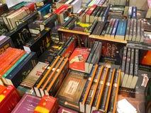 Самые последние известные романы для продажи в книжном магазине библиотеки стоковое изображение rf