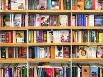 Самые последние известные романы для продажи в книжном магазине библиотеки стоковые фотографии rf