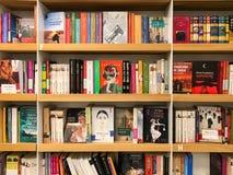 Самые последние известные романы для продажи в книжном магазине библиотеки стоковые фото