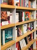 Самые последние известные романы для продажи в книжном магазине библиотеки стоковая фотография rf