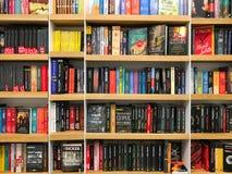 Самые последние известные романы для продажи в книжном магазине библиотеки стоковое фото rf
