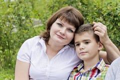 Самые счастливые мать и сын 11 лет стоковая фотография