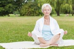 Самые лучшие женщины ager практикуя хи tai муравья йоги стоковые изображения