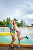 Самые лучшие подруги в парке около фонтана Стоковое Фото