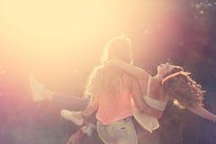 самые лучшие подруги Заход солнца Стоковые Изображения RF