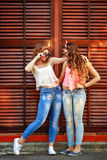 Самые лучшие подруги одеты в стиле девушки pin-вверх Девушка h Стоковая Фотография