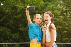 Самые лучшие подруги сфотографированные в парке Стоковые Фотографии RF