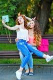 самые лучшие подруги Selfies группы Стоковые Фото