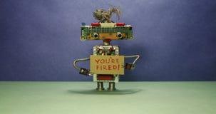 Самый важный босс робота увольняет персонал Голова робота смотрит в различных направлениях и показывает картон акции видеоматериалы