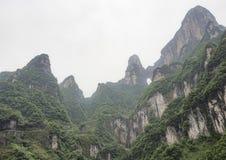 Самый длинный кабел-кран в мире, взгляд ландшафта с горами, пики и пещера строба ` s гавани внутри туман - держатель Tianmen стоковое изображение