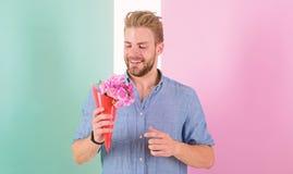 самый лучший выбор Человек готовый на дата приносит розовые цветки Дата букета владениями парня усмехаясь ждать Мачо владения стоковые фотографии rf