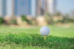 Самый лучший день для играть в гольф Шар для игры в гольф на тройнике для bal гольфа стоковая фотография