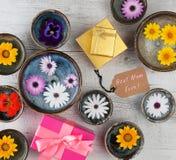 Самый лучший текст мамы всегда с цветками и подарочными коробками Стоковые Изображения