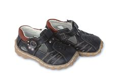 сандалии мальчиков коричневые кожаные Стоковое Фото