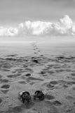 сандалии песка человека s стоковое фото rf