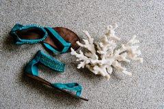 Сандалии пляжа моды и часть расположения коралла стоковые изображения rf