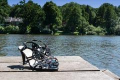 Сандалии положенные на озеро Стоковое Фото