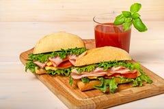 2 сандвича с соком томата стоковые фотографии rf