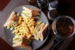Сандвичи клуба с фраями и пивом француза Стоковое Изображение RF