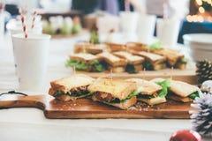 Сандвичи на таблице, который нужно обслуживать для партии стоковое фото rf