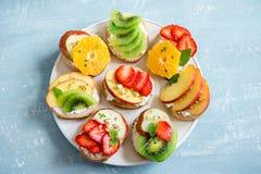 Сандвичи плодоовощ с сыром рикотты Стоковые Фотографии RF