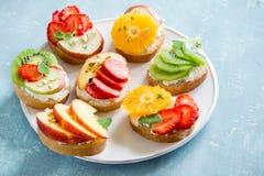 Сандвичи плодоовощ с сыром рикотты Стоковое Изображение RF