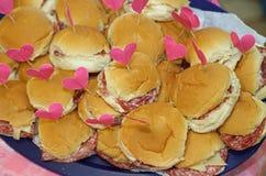 сандвичи с в форме сердц флагом на партии стоковое изображение rf