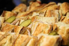 Сандвичи с замаринованными огурцом, ветчиной и луками стоковое изображение
