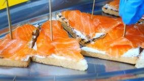 Сандвичи с красными рыбами, таблицей служили с сандвичами с красными рыбами сток-видео
