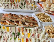 Сандвичи с майонезом и частями пиццы на duri таблицы Стоковые Изображения RF