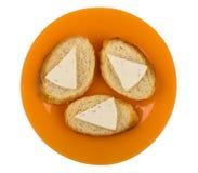 Сандвичи с расплавленным сыром в оранжевой плите изолированной на белизне Стоковые Изображения RF