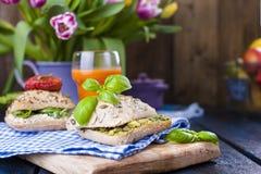Сандвичи с свежими итальянскими кренами с авокадоом, базиликом, томатами и мягким сыром Еда завтрака здоровая на темной предпосыл стоковые фото