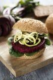 Сандвич бургера свеклы на таблице Стоковая Фотография