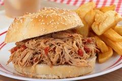 сандвич крупного плана вытягиванный свининой Стоковая Фотография
