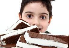 сандвич мороженого мальчика Стоковые Изображения RF