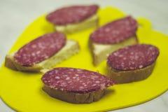 Сандвич салями Открытый сэндвич кусков салями на белом хлебе стоковое изображение
