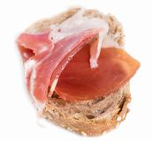 Сандвич сделанный с хлебом рож и ветчиной Пармы на изолированном backgroun Стоковые Изображения RF