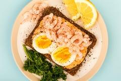 Сандвич стороны креветки или креветки и вареного яйца открытый на хлебе Rye Стоковая Фотография RF