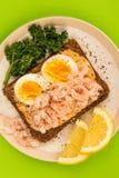 Сандвич стороны креветки или креветки и вареного яйца открытый на хлебе Rye Стоковое Изображение
