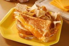 сандвич сыра зажженный обломоками стоковые фото