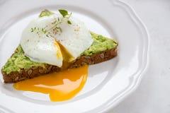 Сандвич с авокадоом и краденным яичком завтрак здоровый Стоковая Фотография RF