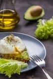 Сандвич с авокадоом и краденным яичком завтрак здоровый Стоковые Изображения RF