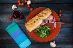 Сандвич с грибами ветчины и зеленым салатом на керамической плите Покрашенная деревянная предпосылка Взгляд сверху Стоковое Изображение