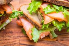 Сандвич с копчеными семгами, салатом и лимоном Стоковое фото RF