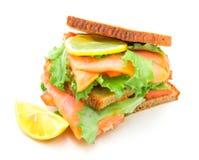 Сандвич с копчеными семгами, салатом и лимоном Стоковые Фото