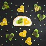 Сандвич с сливк и цитрусом сахара с плодоовощ кивиа на черной таблице овощи шнура еды cauliflowers морковей фасолей естественные  Стоковые Фотографии RF