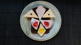 Сандвич с сыром и карбонатом на бежевой плите стоковые фото