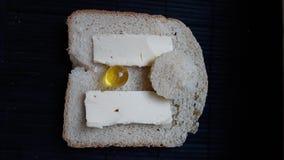 Сандвич с хлебом, маслом, солнцем и желтым шариком стоковые изображения rf
